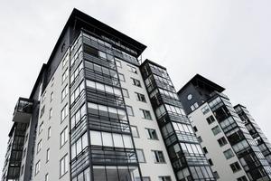– Jag tror att det är många som har upptäckt att det kan vara lika trevligt att bo i bostadsrätt som att bo i villa, säger Tomas Izaias Englund som precis köpt och sålt bostadsrätt i Örnsköldsvik.