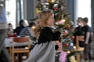 Full fart. Det går undan när Stina Markkanen, fem år, springer ut julen.