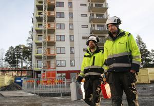 Fredrik Jansson, Nälden, och Tom Nilsson, Östersund, båda Bravida, monterar ventilation på Tallåsen.