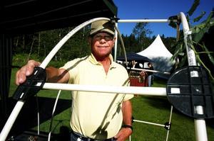 Innovation. Jörgen Pihlblad från Rättvik har tagit patent på en koppling för plaströr. På ett enkelt sätt går det att montera ställningar för jordgubbsskydd eller göra ett litet växthus som kläs med fiberduk. – Jag kom på det för 20 år sedan när en granne försökte näta in sitt körsbärsträd, berättar han.