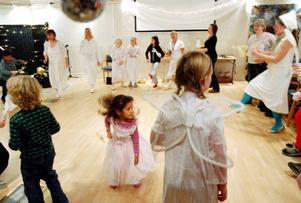 Förutom ett dockspel med änglar, pyssel och änglafika så fick barnen som var med på änglafesten även göra en riktig ängladans.