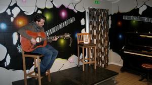 John Mellbin provade den nya scenen med den nya målningen på väggen. Foto: Privat