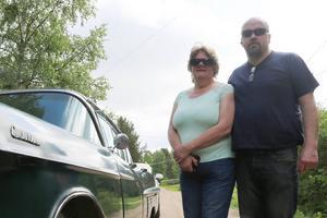 Hasse och Anita Andersson från Sveg tog sin nyinförskaffade Cadillac till skidfabriken.