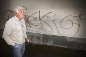 Roland Kjellander vill få ett slut på klottet. Därför vill han bjuda in graffitimålare till sin mur runt det gamla fängelset.