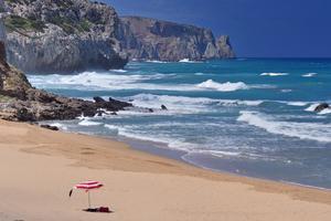 Njut av att vara ensam på stranden - res under lågsäsong.