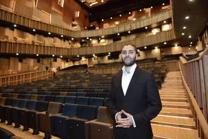 Raed Jazbeh är kontrabasist och konstnärlig ledare för Syrian Expat Philharmonic Orchestra, som består av syriska musiker som lever i exil runt om i Europa. I måndags spelade orkestern på Malmö Live.