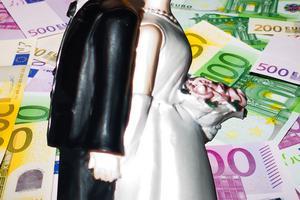 Paret ska ha kommit över 268 000 till 348 000 euro vilket motsvarar mellan 2,5 och tre miljoner kronor. Nu riskerar de att dömas för brottet.