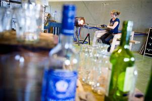 Anny Jernberg återvinner glas i sin hytta.