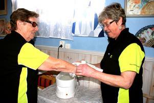Hillevi Lindeström hjälper Vivi-Anne Jonsson att få på omslagen efter paraffinbadet.