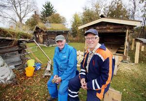 John Åslund och Karl-Ove Dahlin har flyttat både båt och båthus fån Grundsjön till Hede hembygdsgård