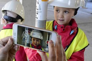 Polstjärnans och Annies besök på Norra kajen dokumenteras. Efter besöket fortsätter planeringsarbetet och diskussionerna om bygget på förskolan.