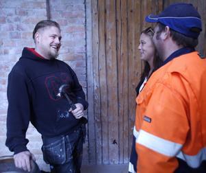 Daniel Starberg diskuterar renovering med Anders Englundh och systern Jessica Starberg.