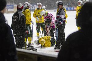 Ljusdals Johan Jansson Hydling låg länge kvar på isen efter att ha skadat foten.
