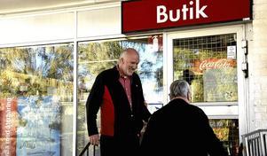 Stammis i 20 år. Stig Eriksson blev inte glad i måndags när han fick reda på att det här är sista månaden som Göran Persson driver OKQ8-macken i Nora.Foto: Michael Landberg