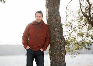 Det före detta ishockeyproffeset Mikael Renberg tycker att föräldrar pushar sina barn för mycket nu för tiden.