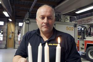 Det gäller att vara försiktig med adventsstaken och andra levande ljus till jul, säger Peter Nystedt på räddningstjänsten.