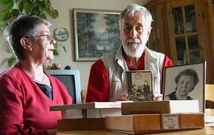 Ingrid Hjorth och Leif Lorentzon tittar över de gamla glasplåtarna. Ett fotografi av Elin Köpman själv syns längs till höger på bilden. Foto:Erika Hällberg