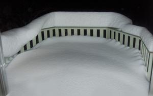 Kung Bore är en flitig möbeldesigner.Så kan en uteplats se inbjudande ut även i vinterskrud.