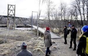 Länsstyrelsen har sökt extra anslag hos Naturvårdsverket för att bygga 14 nya broar längs de statliga lederna i länet. En av dem är den klassiska hängbron över Vålån i Vålådalen. Inom bara några veckor har den gjort sitt och den nya bron till vänster kommer då leda de tusentals besökare som årligen gästar området över vattendraget. Naturbevakaren Lars Back till höger måttar med händerna när han beskriver arbetet för miljöminister Karolina Skog (MP).