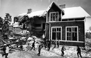 Den 6 februari 1970. Grävmaskinisten fick hjälp av ett gäng ungdomar när skolan revs. Det är inte varje dag det är tillåtet att krossa rutorna på en skola. Jakobsbergsskolan invigdes 1904 och utrymdes 1966 då eleverna flyttades till nybyggda S:t Iliansskolan. På den gamla skoltomten byggdes Jakobshöjdens äldreboende.