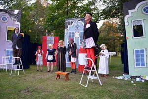 Valduell mellan Nationaldemokraternas Doktorn (Jonas Radehorn) och Kapitalisternas Pantalone (Arne Dalkvist).