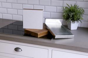 Tre bänkskivematerial som aldrig blir riktigt otrendiga: Laminat (här i klassiskt virrvarr-mönster), trä och rostfritt. De är också de material som oftast går att pressa ned mest i pris.