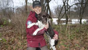 Valpen Ulla, här med matte Sofia Sollenberg, naturvårdshandläggare på länsstyrelsen, utbildas till att bli en mästare på att spåra björn, varg och lodjur