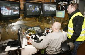 I kontrollhytten i såghuset konstaterar operatören Tommy Nilsson och vd:n Henrik Jönsson att allt flyter som det ska.
