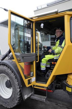 Maskinförare Lennart Sjöberg menar att det är rejäla mängder grus som lagts ut under den hala vintern.