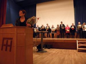 Förra kommunlarådet Annica Eriksson var en av sammanlagt 15 politiker som avtackades i samband med kommunfullmäktiges middag i tisdags kväll. Bild: KUMLA KOMMUN