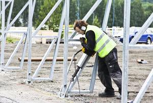 Byggaren Micael Larsson gör färdigt fundamenten till den stora byggnaden.
