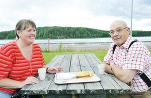 Anne Westad och Odd Blindheim tog en paus i Alfta innan de åkte hem till stugan utanför Voxnabruk för att måla om terrassen.