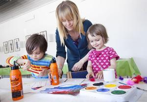 Hannes och Irma Jerkert får hjälp av mamma Lisa med färger och lim.