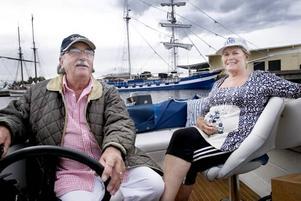 TUFFAR RUNT. Christer och Birgitta Östblom myser i aktern på m/s Anna. De ska besöka Marinfestivalen alla dagar och smygstartade redan i går kväll.