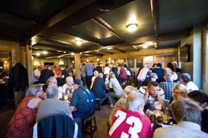 Det är fullt med gäster när puben anordnar quizkväll.