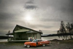 Som en rubin lyser Bosse Svedbergs Impala mot den mörka Hällsjön. Bakom Bosse står Herje Högström och Åsa Bornström-Högström.