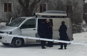 Polisens tekniker är på plats vid brottsplatsen.