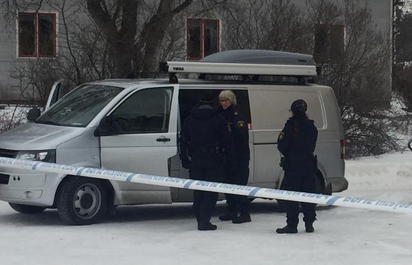Polisens tekniker på plats för att undersöka brottsplatsen.  Arkivbild.