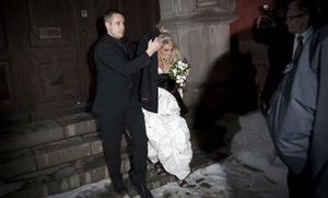 Laila Bagge lämnar Jacobskyrkan efter den välbevakade bröllopsceremonin, ledd av Västeråsprästen Mats Nyholm. Foto: Roger Vikström/Scanpix