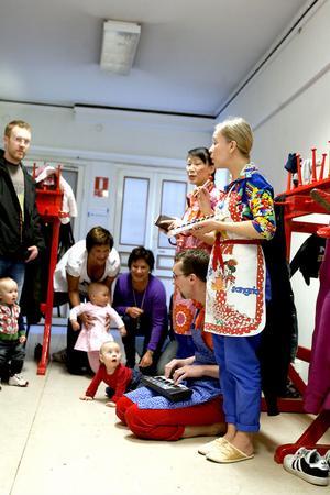 Per Sjögren, musiker, och dansarna Andrea Svensson och Minna Krook fick bebisarnas totala uppmärksamhet. Foto: Stefan Westerlund