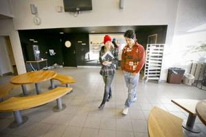 Klara Tangen Jansson från Björnänge och Roholla Hassani från Iran har precis fikat i Åre gymnasieskolas kafeteria. De har blivit kompisar tack vare det nystartade fadderprojektet som Elsa Stenström och läraren Eva Josefsson dragit i gång.