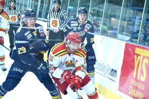 Hedin och Hägglund krigar i en närkamp med Skövdespelarna.