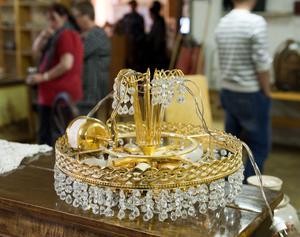 Väggklockor, fåtöljer, byråer och lampor är några av sakerna som kommer auktioneras ut under lördagen.