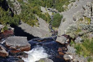 Sveriges högsta vattenfall, Njupeskär på Fulufjället, beskådas normalt nedifrån men det går att vandra upp till fallets övre del. Det gäller bara att vara försiktig. Vattnet i Njupån faller där 125 meter varav omkring 93 meter lodrätt ned.