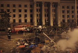 Fackföreningshuset i Odessa 2014, en brandman släcker resterna bränder. På den här platsen dog ett 40-tal pro-ryska aktivister i en brand efter sammandrabbningar med pro-ukrainska aktivister.