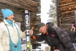 Skidorna klubbas iväg, troligen auktionens dyraste klubbslag.
