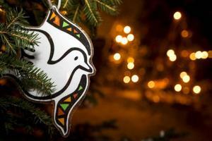 En fredsduva platsar bra bland julgransprydnaderna.