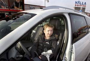 Måste ha platsen. Tina Sunderman har mycket svårt att gå och måste stå på en parkering nära affärsingången.