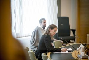 Arkivbild. Häktningsförhandlingarna mot den 41-åriga kvinnan (täckt med grå tröja) som misstänks för mord och mordförsök i en sommarstuga i Arboga.