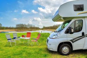 Med en husbil kan du stanna var du vill. Men för övernattning ute på skärgårdsöarna rekommenderas campingar och parkeringar.   Foto: Shutterstock.com